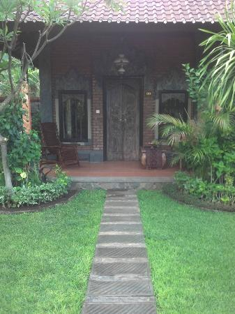 Tirta Sari Bungalows: Entrance to Room 12