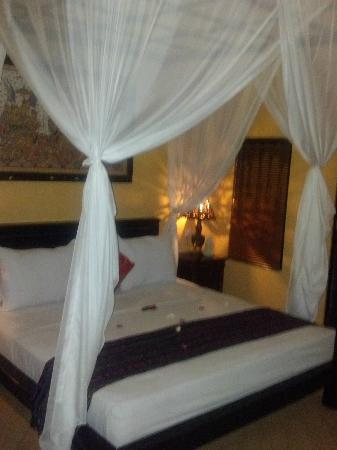 Tirta Sari Bungalows: Bed