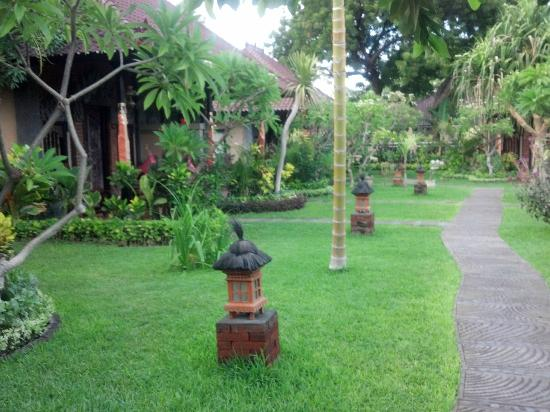 Tirta Sari Bungalows: Grounds