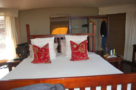 Thanda Safari Lodge: Bedroom in tented camp