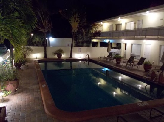 Ocean Lodge: Pool by night