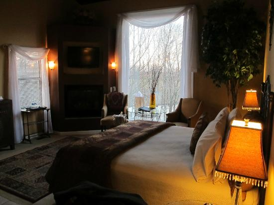 Castle in the Country Bed & Breakfast Inn: King Arthur Room