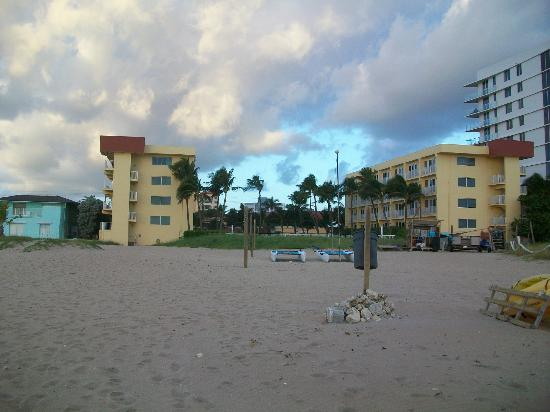 Wyndham Sea Gardens: view of studios from the beach