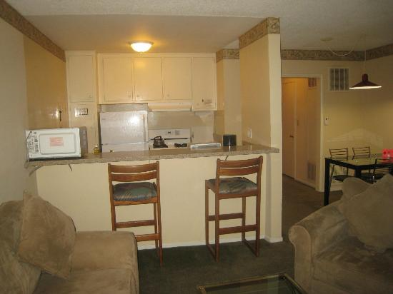 Hollywood Orchid Suites: Well equiped kitchen