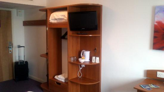 Premier Inn Southampton West Quay Hotel: Hanging space, TV and kettle