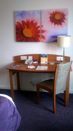 Premier Inn Southampton West Quay Hotel: The desk with plenty electrical points