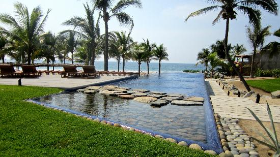 Las Palmas Beachfront Villas: Beach club pool