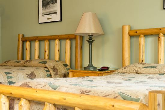 Kingsley Motel: Northern Michigan Log Beds