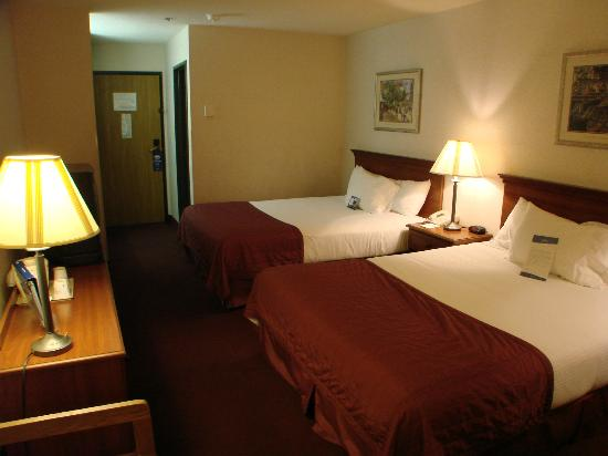Baymont Inn & Suites Logan: comfortable bed