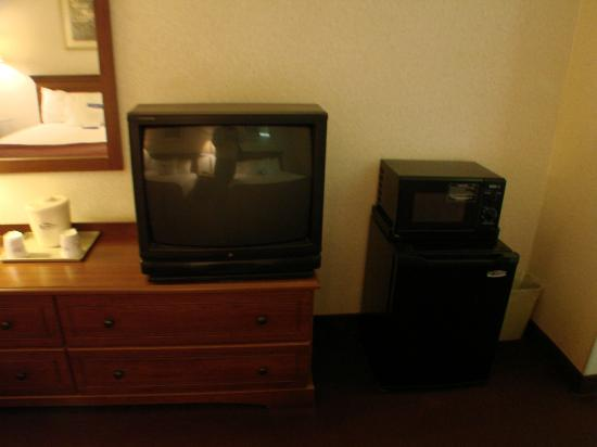 Baymont Inn Logan: tv, mini-fridge, microwave