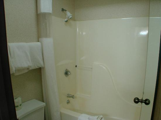 Baymont Inn Logan: clean bath room