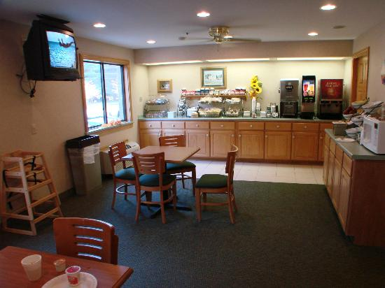 Baymont Inn & Suites Logan: breakfast area
