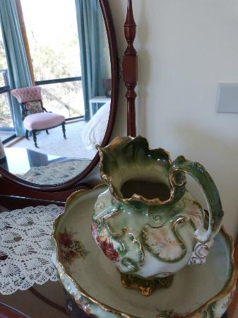Launceston Bed and Breakfast Retreat: Antiques