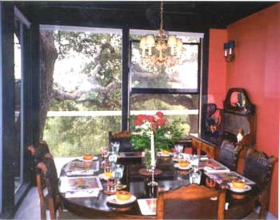 Chanticleer Vineyard Bed and Breakfast: Dining Room