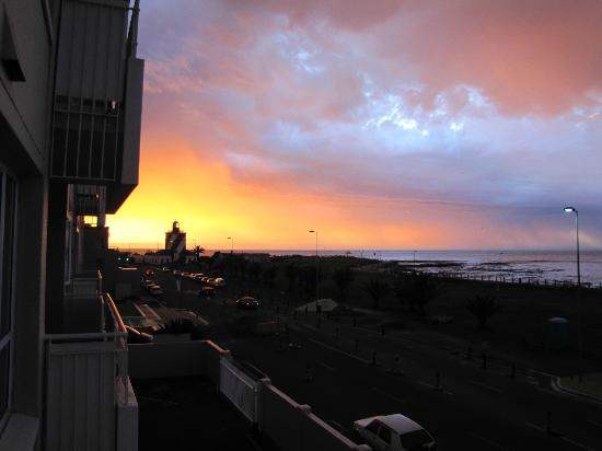 Mouille Point Village: Stunning sunset from balcony