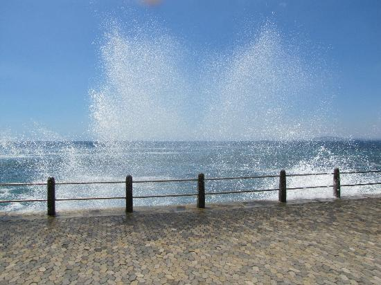 Mouille Point Village: Seafront opposite hotel on a rough sea day