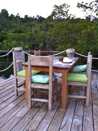 Soneva Kiri: Benz restaurant, terrace with view on the Mangrove
