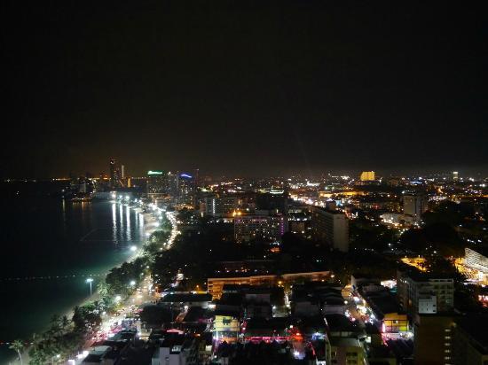 Hilton Pattaya: 奇数側の部屋からの夜景