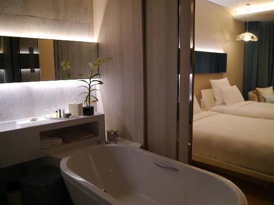 Hilton Pattaya: 部屋とバスルームの間の仕切りはスライディングウォール