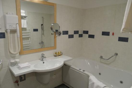 BEST WESTERN PREMIER Hotel Lovec: Bathroom - right side