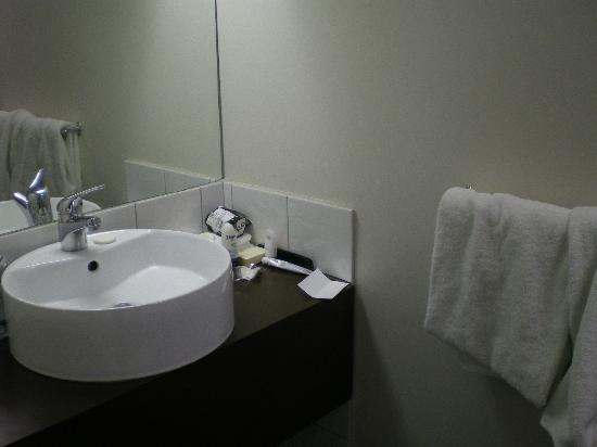Grand Chancellor Melbourne: Toilet Economy Room