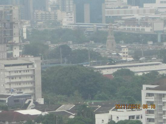 Grand Tower Inn Rama VI: Chatucha market visible at a distance from the room (Clock tower)