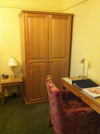 Brassey Hotel: Desk and wardrobe