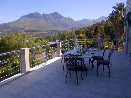 Room With a View B&B: Breakfast with view overlooking mountains
