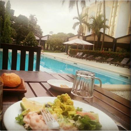 Pullman Douala Rabingha: At the restaurant by the pool.