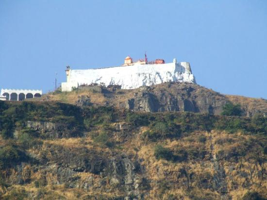 Pavagadh, Índia: Mahakali temple as seen from the Hotel.