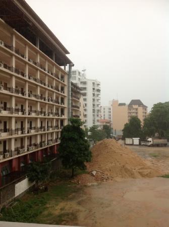 Sunshine Vista Serviced Apartment: вид из отеля. стройка и парковка автобусов