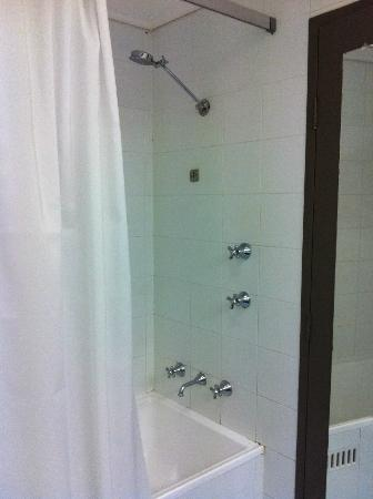 Rydges Capital Hill Canberra: Shower/bath combo
