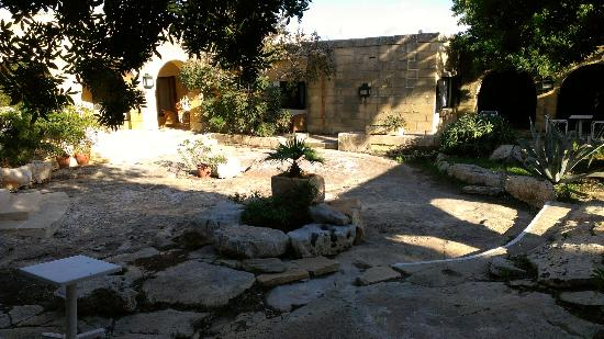 Hotel Ta' Cenc: courtyard outside room
