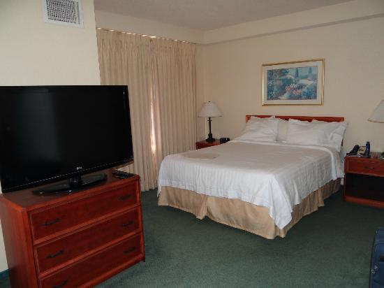 Residence Inn Newark Silicon Valley: Bed and TV