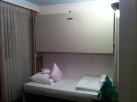 Hotel Pension Rosli: Zimmer 711, 3-4er Bett Zimmer.