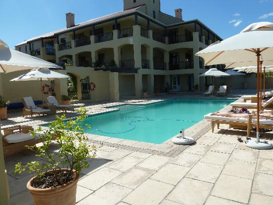 Asara Wine Estate & Hotel: Pool area with hotel in background