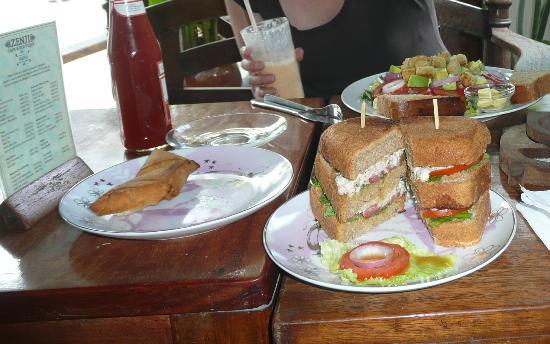 Zenji Cafe: Sandwich and samosas