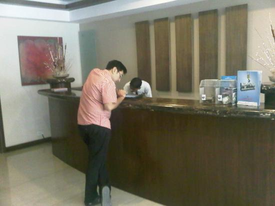Hotel Express Residency : The Reception Area