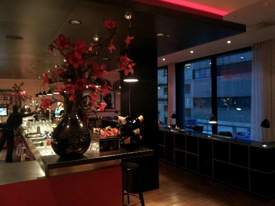 citizenM Glasgow: Hotel bar & cafeteria