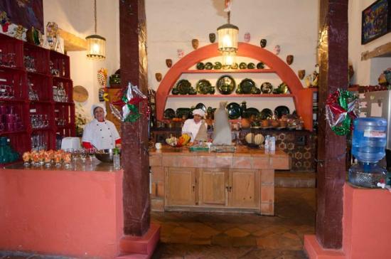 Hotel Casa Encantada: Cooking a gourmet breakfast