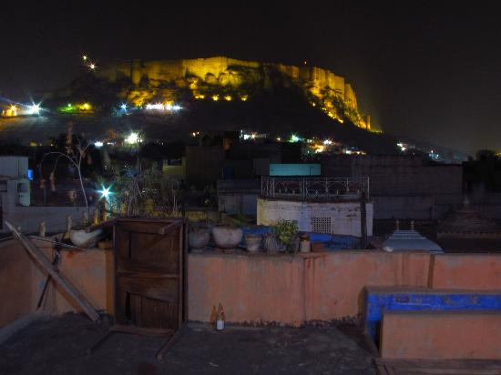 Hem Guest House: View of the fort at night