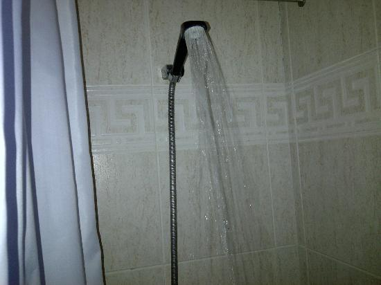 Hotel Best Siroco: Shower - stand straight or it will miss you !