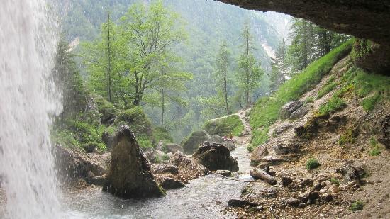 Mojstrana, Slovenia: Vue du chemin derrière la chute
