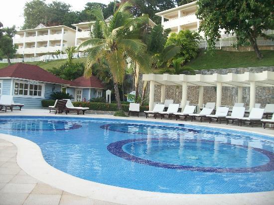 Grand Bahia Principe Cayacoa: piscine du snack bar et a l arriere ce sont les villas