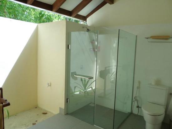 Summer Island Maldives: salle de bain semi ouverte sur l'extérieur
