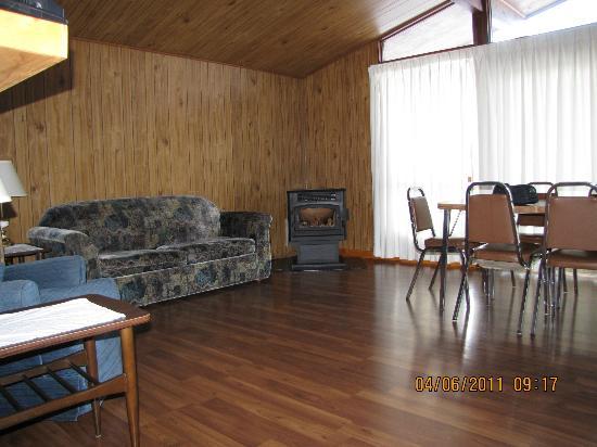 Gowganda Lake Lodge : 2-bedroom living room