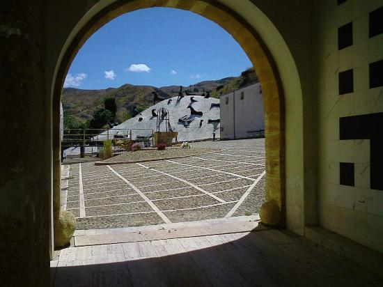 Istituto Fondazione di Alta Cultura Orestiadi: accesso al cortile del baglio