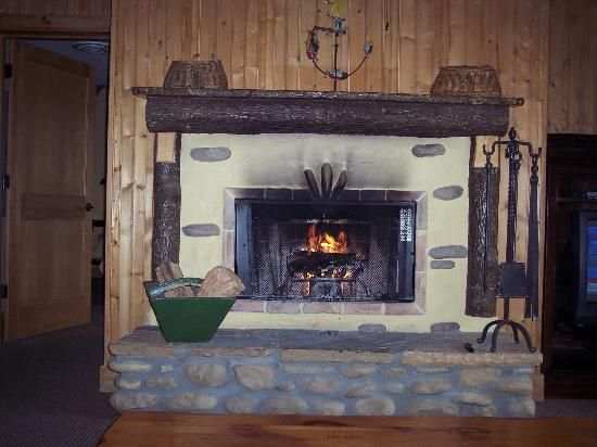 The Lodge at Buckberry Creek: Roaring fire in our room!