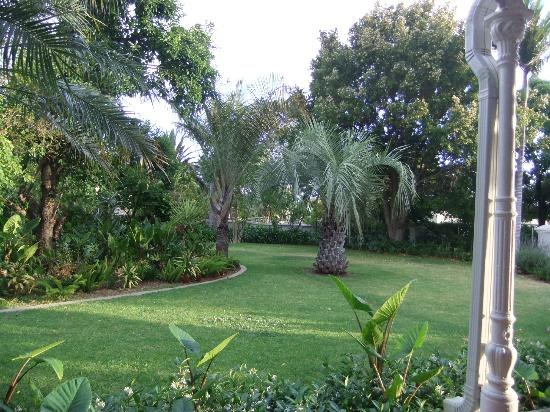 The Robertson Small Hotel: Beautiful gardens