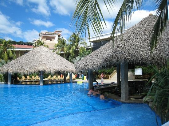 Flamingo Beach Resort & Spa: Pool Bar, you bet!